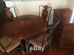 Salle À Manger Set De Table Avec Quatre Chaises Et Une Armoire Buffet